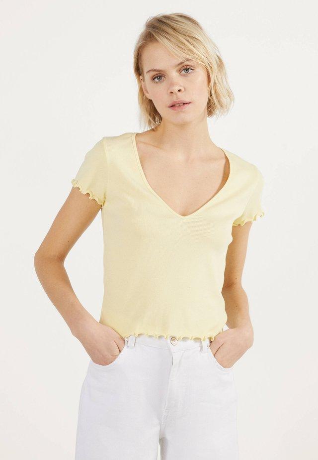 MIT V-AUSSCHNITT  - T-shirt con stampa - yellow