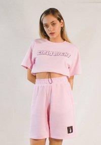 Bershka - BEDRUCKTES SAMT-SHIRT - Print T-shirt - pink - 0