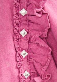 Bershka - MIT VOLANTS UND STRASS 01995492 - T-shirt imprimé - neon pink - 4