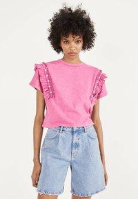 Bershka - MIT VOLANTS UND STRASS 01995492 - T-shirt imprimé - neon pink - 0