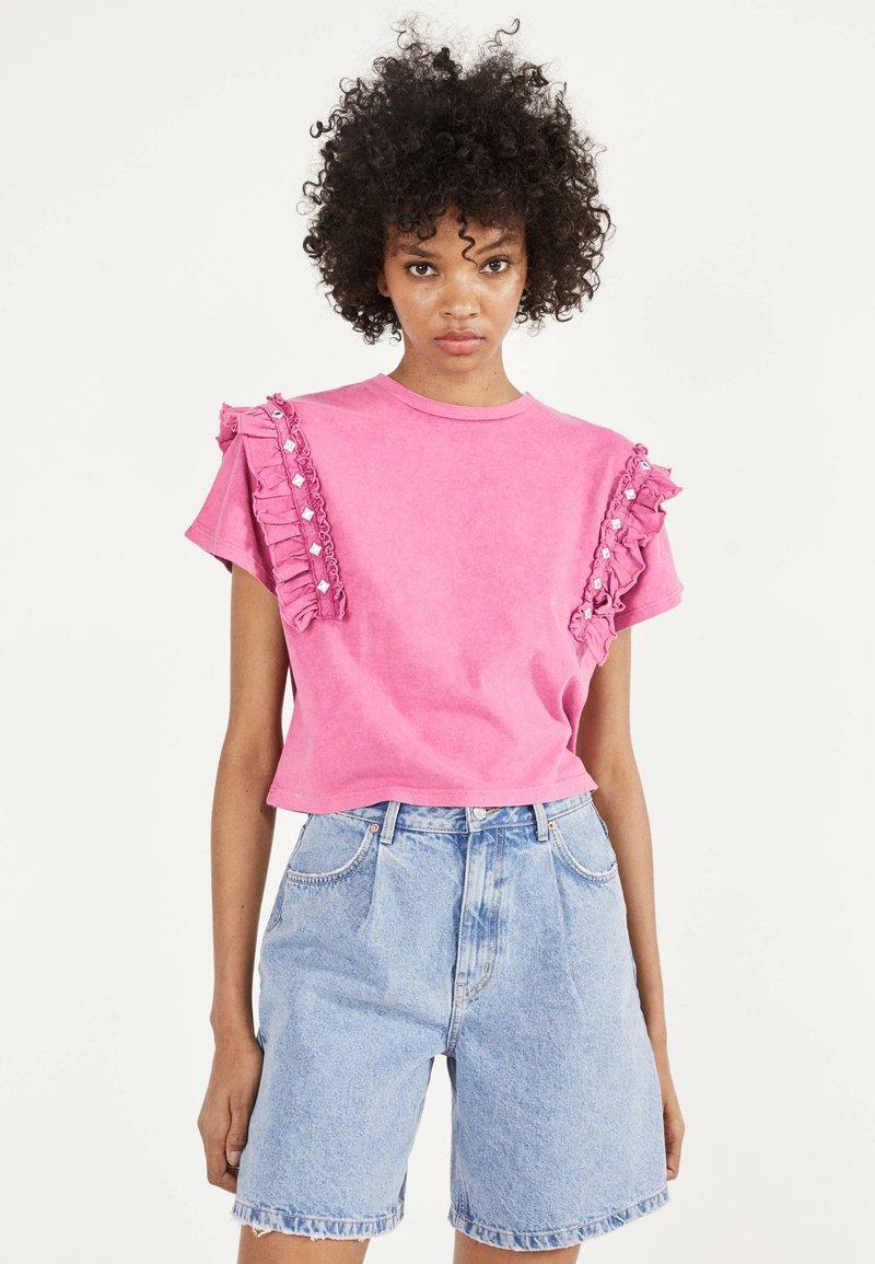 Bershka - MIT VOLANTS UND STRASS 01995492 - T-shirt imprimé - neon pink