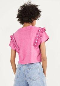 Bershka - MIT VOLANTS UND STRASS 01995492 - T-shirt imprimé - neon pink - 2