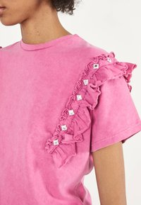 Bershka - MIT VOLANTS UND STRASS 01995492 - T-shirt imprimé - neon pink - 3