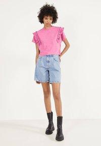 Bershka - MIT VOLANTS UND STRASS 01995492 - T-shirt imprimé - neon pink - 1