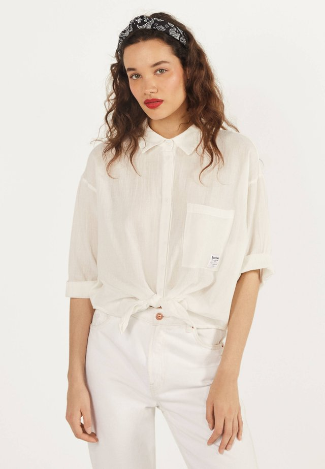 MIT ZIERKNOTEN VORNE - Button-down blouse - white