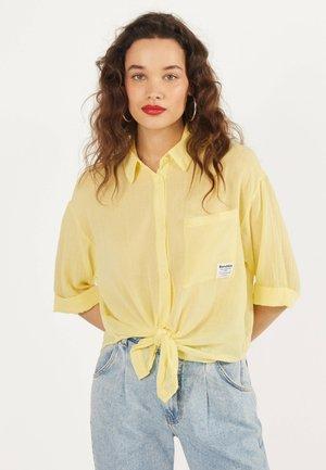 MIT ZIERKNOTEN VORNE - Camicia - yellow