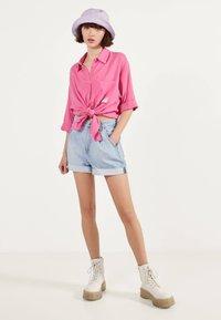 Bershka - MIT ZIERKNOTEN VORNE - Skjortebluser - pink - 1