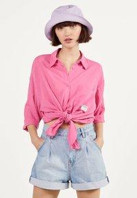 Bershka - MIT ZIERKNOTEN VORNE - Skjortebluser - pink - 0