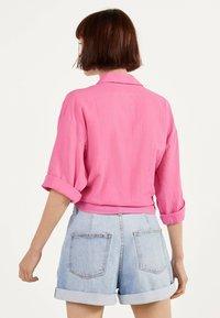 Bershka - MIT ZIERKNOTEN VORNE - Skjortebluser - pink - 2