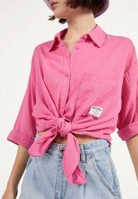 Bershka - MIT ZIERKNOTEN VORNE - Skjortebluser - pink - 3