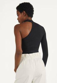 Bershka - ASYMMETRISCHES BODY - T-shirt à manches longues - black - 2