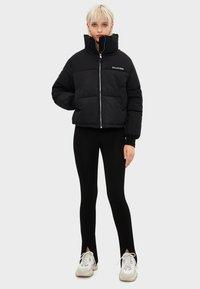 Bershka - PUFFERJACKE AUS NYLON 06296551 - Winter jacket - black - 1