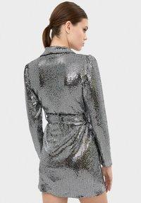 Bershka - MIT SPIEGELDETAILS  - Sukienka koktajlowa - silver - 2
