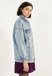 Bershka - OVERSIZE-JEANSJACKE 01110335 - Kurtka jeansowa - blue - 2
