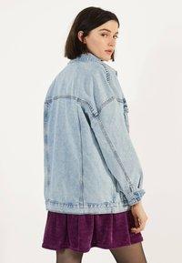 Bershka - OVERSIZE-JEANSJACKE 01110335 - Kurtka jeansowa - blue - 1