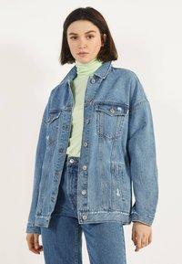 Bershka - OVERSIZE-JEANSJACKE 01110335 - Kurtka jeansowa - blue denim - 0
