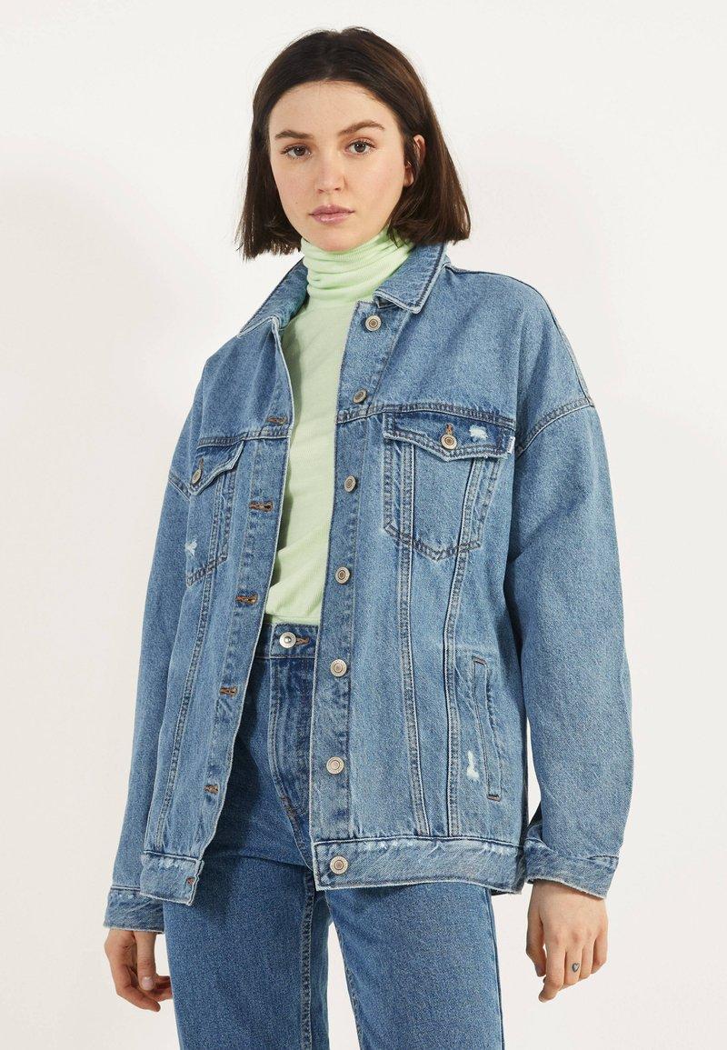 Bershka - OVERSIZE-JEANSJACKE 01110335 - Kurtka jeansowa - blue denim