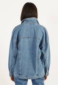 Bershka - OVERSIZE-JEANSJACKE 01110335 - Kurtka jeansowa - blue denim - 2
