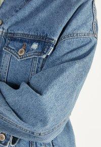 Bershka - OVERSIZE-JEANSJACKE 01110335 - Kurtka jeansowa - blue denim - 3