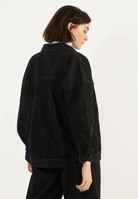 Bershka - OVERSIZE-JEANSJACKE 01110335 - Denim jacket - black - 2