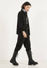 Bershka - OVERSIZE-JEANSJACKE 01110335 - Veste en jean - black - 1