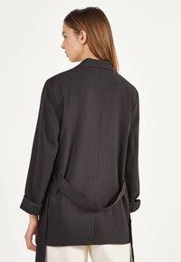 Bershka - Krátký kabát - black - 2
