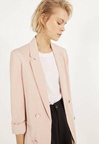 Bershka - MIT HOCHGEROLLTEN ÄRMELN - Blazer - pink - 3