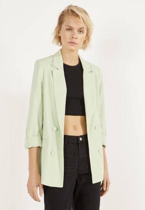 MIT HOCHGEROLLTEN ÄRMELN - Blazer - green