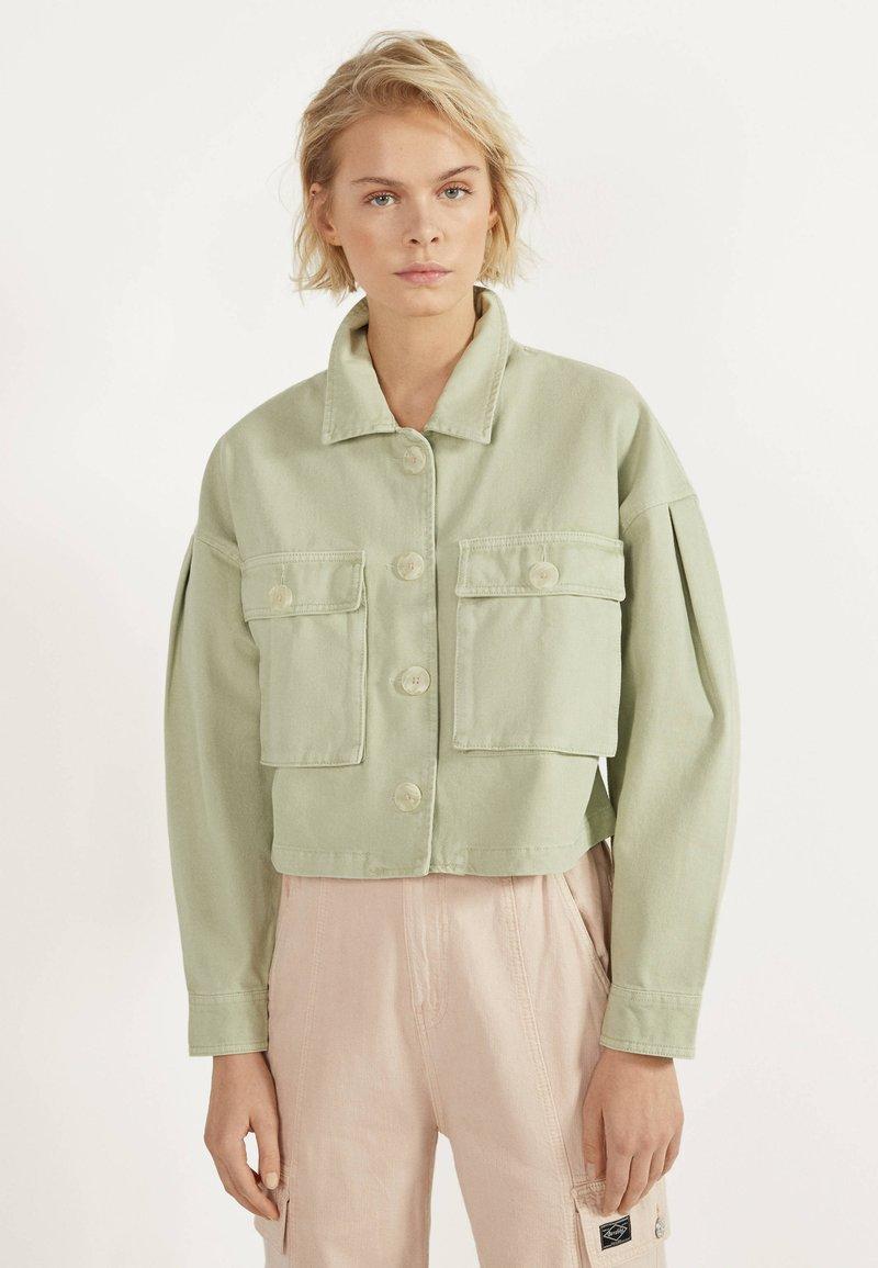 Bershka - MIT PUFFÄRMELN - Summer jacket - green