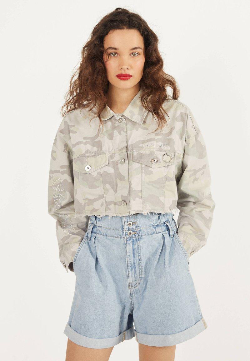Bershka - MIT GLITZER  - Denim jacket - turquoise