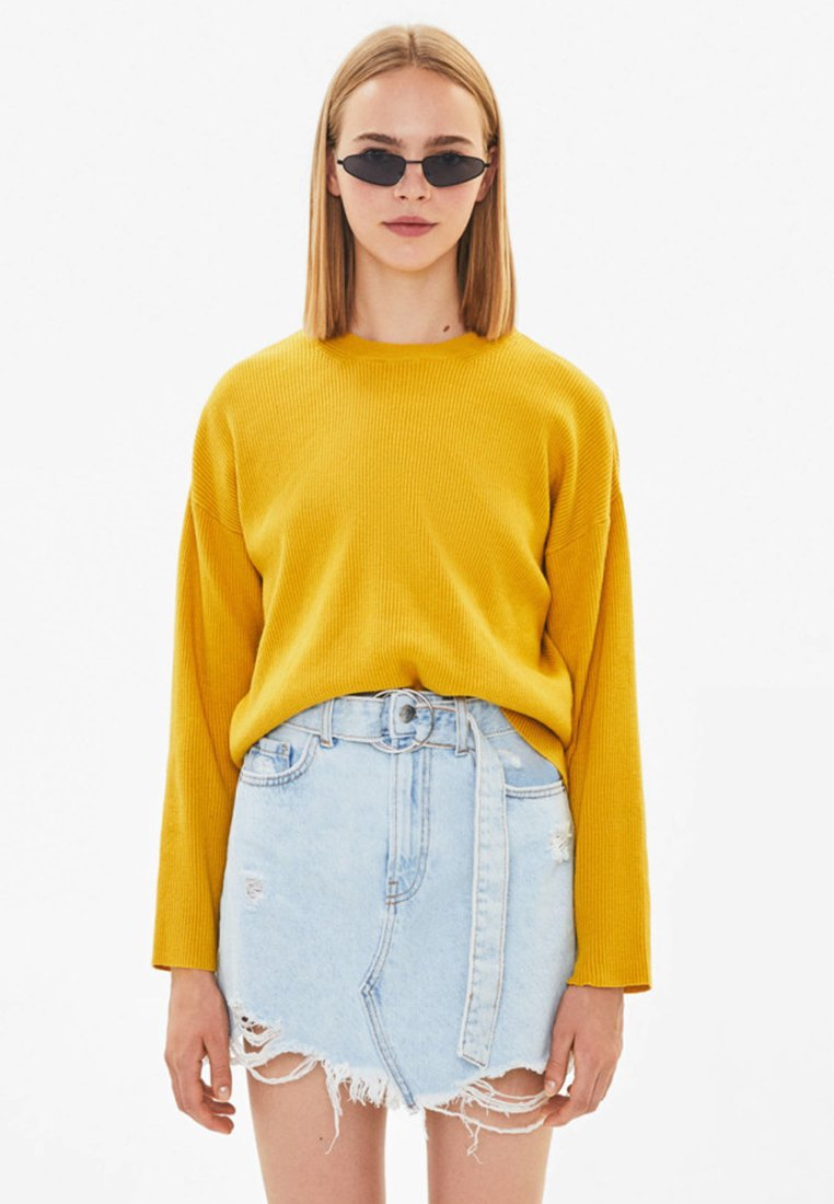 Bershka - MIT RUNDAUSSCHNITT - Strickpullover - mustard yellow