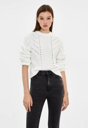 MIT RUNDAUSSCHNITT - Stickad tröja - white