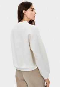 Bershka - MIT GERIPPTEM STEHKRAGEN  - Stickad tröja - white - 2