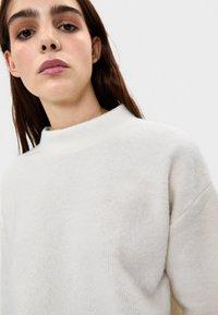 Bershka - MIT GERIPPTEM STEHKRAGEN  - Stickad tröja - white - 3