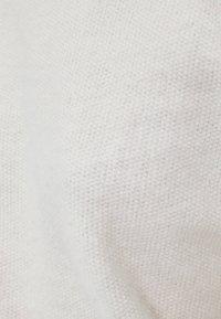 Bershka - MIT GERIPPTEM STEHKRAGEN  - Stickad tröja - white - 4