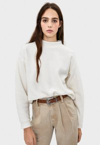 Bershka - MIT GERIPPTEM STEHKRAGEN  - Stickad tröja - white - 0