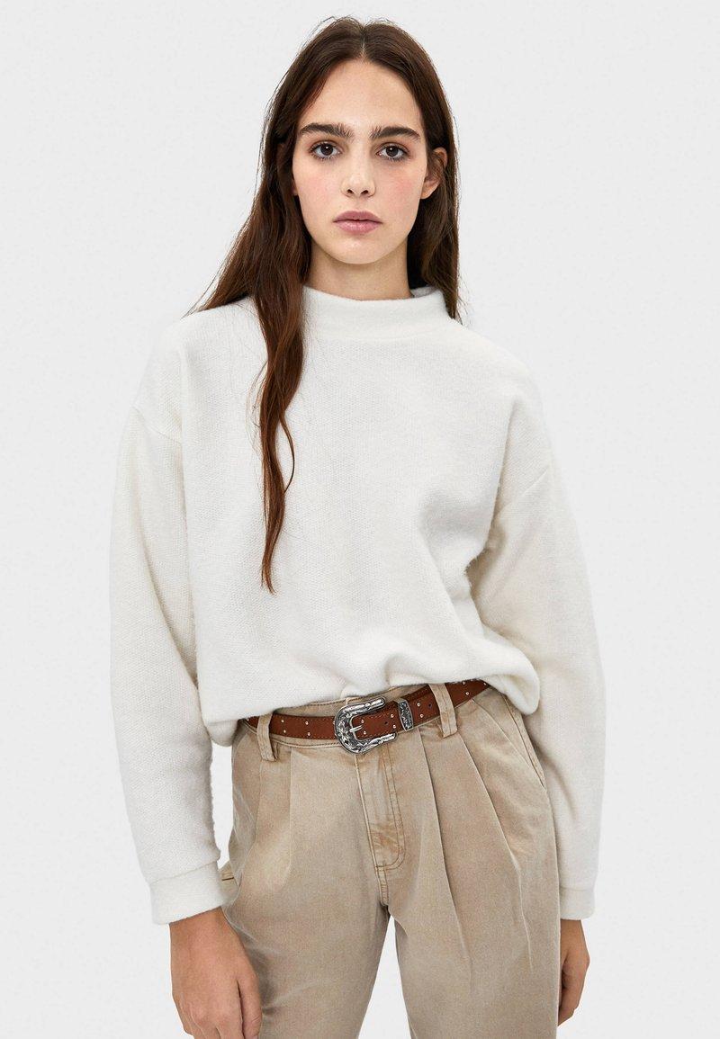 Bershka - MIT GERIPPTEM STEHKRAGEN  - Stickad tröja - white