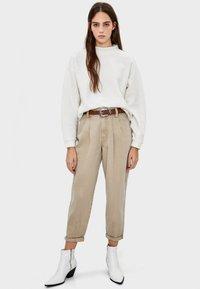 Bershka - MIT GERIPPTEM STEHKRAGEN  - Stickad tröja - white - 1