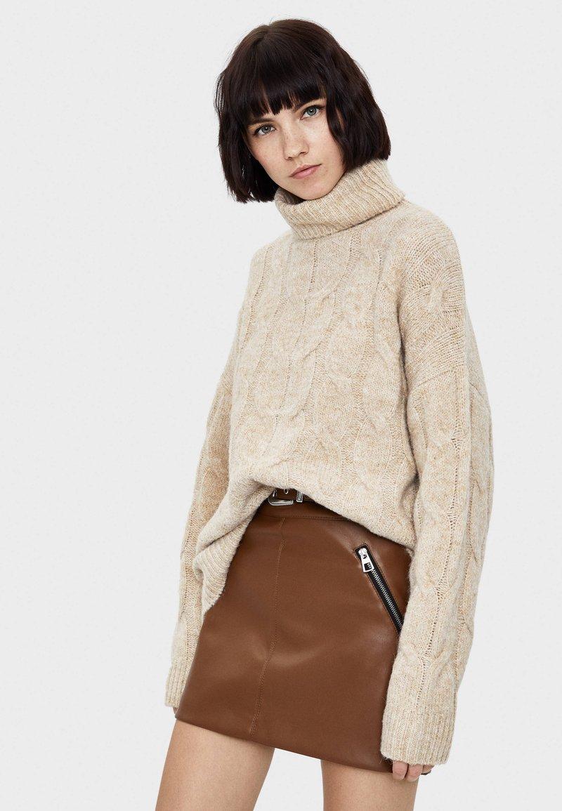 Bershka - MIT FLECHTMUSTER - Pullover - beige