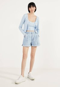 Bershka - MIT STICKEREIEN - Neuletakki - light blue - 1
