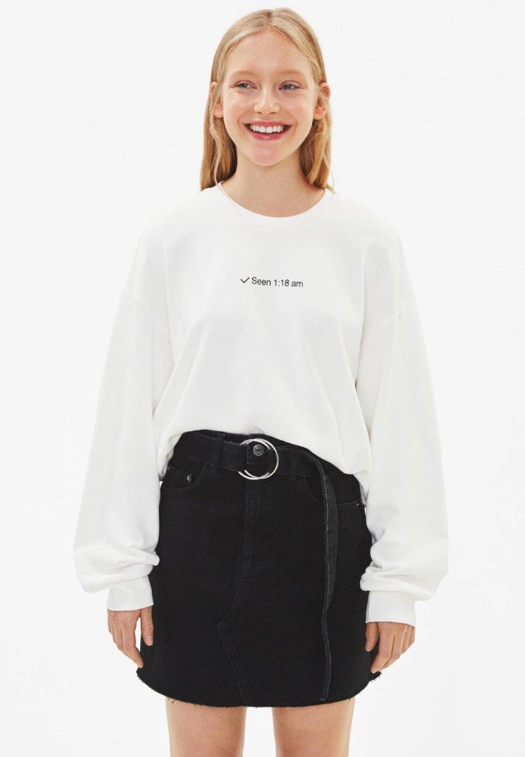 Bershka - MIT RUNDAUSSCHNITT - Sweatshirts - white