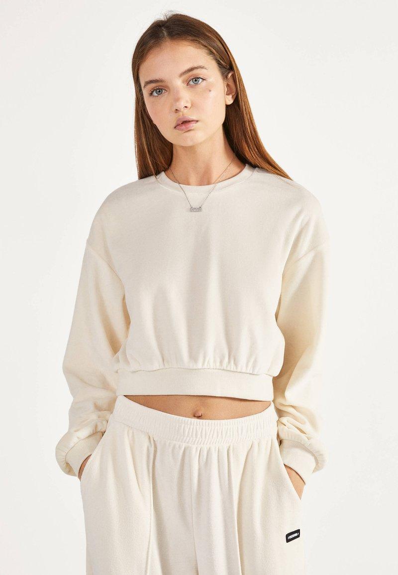 Bershka - SWEATSHIRT AUS SAMT 01714443 - Sweater - beige