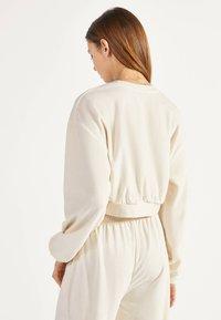 Bershka - SWEATSHIRT AUS SAMT 01714443 - Sweater - beige - 2