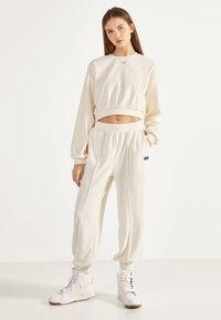 Bershka - SWEATSHIRT AUS SAMT 01714443 - Sweater - beige - 1
