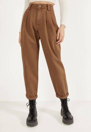 MIT FARBLICH ABGESETZTEM FADEN  - Relaxed fit jeans - brown