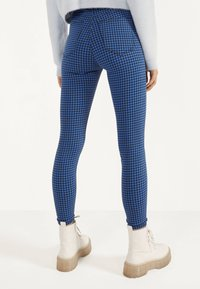 Bershka - JEGGINGS MIT HOHEM BUND  - Jeggings - light blue