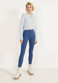 Bershka - JEGGINGS MIT HOHEM BUND  - Jeggings - light blue - 1