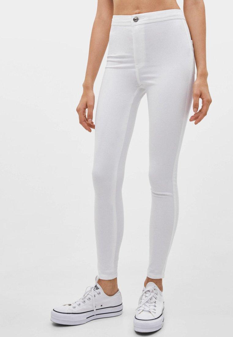 Bershka - MIT KNÖPFEN  - Jeans Skinny Fit - white