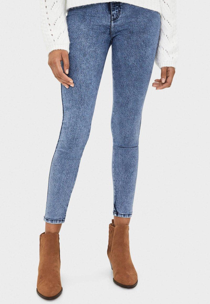 Bershka - MIT KNÖPFEN  - Jeans Skinny Fit - blue denim