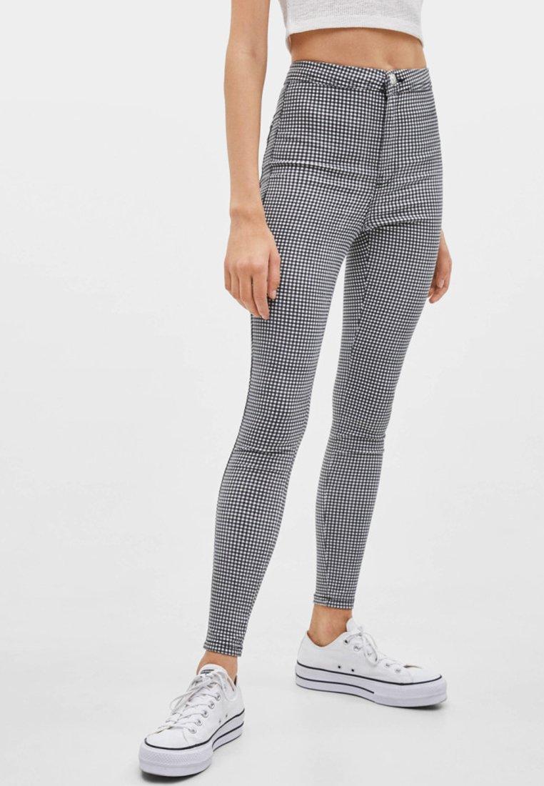 Bershka - MIT KNÖPFEN  - Jeans Skinny Fit - white/black